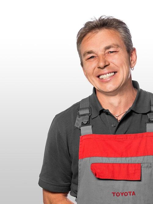 Kfz Mechaniker im Toyota Autohaus Metzger Sergej Kiselevic